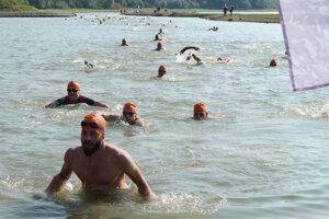 Športovci odštartovali cross-triatlon prvou plaveckou disciplínou.
