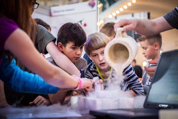 Zaujíma sa vaše dieťa o vedu? Slovenskí vedci radia, čo by malo robiť.