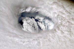 """Oko hurikánu odfotil astronaut Nick Hague. """"Keď sa do oka búrky pozriete zhora, pocítite jej silu. Nech ste v bezpečí,"""" povedal."""