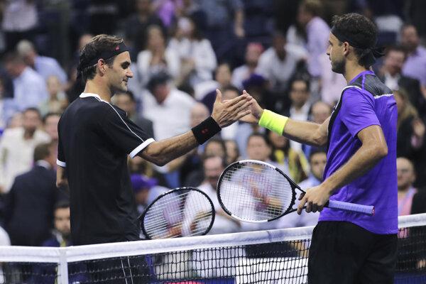 Roger Federer (vľavo) a Grigor Dimitrov po zápase štvrťfinále US Open 2019.