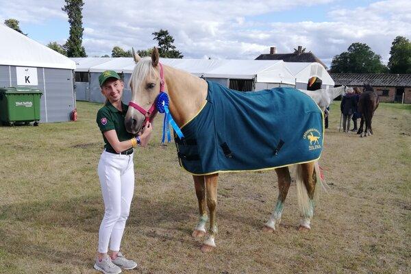 Natália Sobolová so svojou kobylou Korou výborne zvládli preteky vo Veľkej Británii.