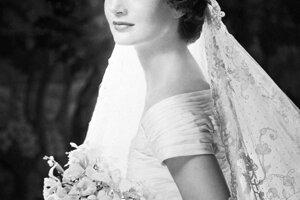 Jacqueline Kennedy sa vydávala v roku 1953. Oblečené mala šaty od Ann Lowe.