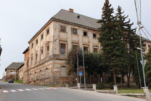 Coburgovský kaštieľ v Jelšave v okrese Revúca, v ktorom sídlilo aj riaditeľstvo coburgovských lesov.