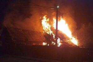 Zadné stavy boli pri príchode hasičov už celé v plameňoch.
