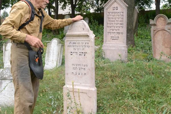 Izraelskí študenti nedávno vrátili trom pomníkom pôvodný stav.