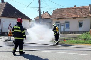 Unikajúci plyn kropili hasiči vodnou hmlou.