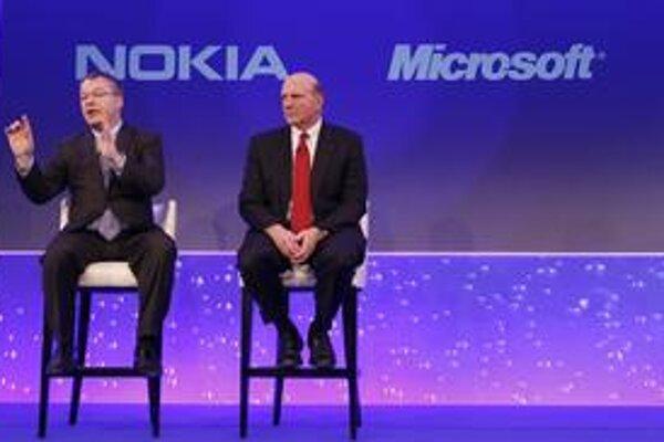 Projekt spolupráce medzi dvomi firmami predstavili v Londýne Stephen Elop, šéf  Nokie (vľavo) a šéf Microsoftu Steve Ballmer.