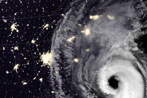 V noci piateho septembra hurikán Dorian prešiel ponad severovýchodné pobrežie Spojených štátov amerických. Obrázok kombinuje záber zachytené vo viditeľnej a infračervenej vlnovej dĺžke.