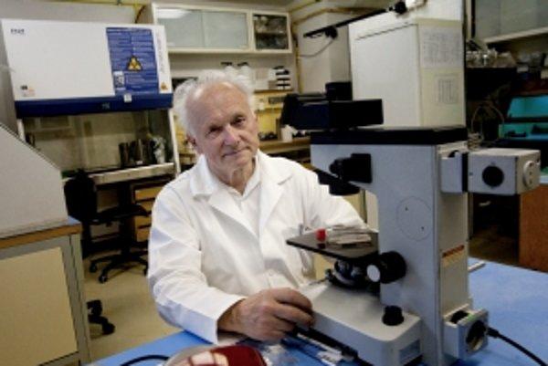 Doc. Ing. Čestmír Altaner, DrSc. (1933) je vedúci vedecký pracovník Ústavu experimentálnej onkológie SAV a viceprezidetnom Ligy proti rakovine. Zaoberá sa mutáciami génov a génovo-bunkovou terapiou ľudských nádorov. Pomohol nájsť dôkaz existencie DNA
