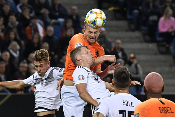 Matthijs de Ligt (v strede) v súboji s Joshuom Kimmichom (vľavo) a Matthiasom Ginterom v zápase kvalifikácie na EURO 2020 Nemecko - Holandsko.