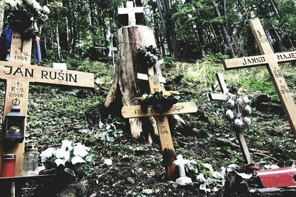 Na mieste tragédiu uprostred hlbokého lesa pripomínajú kríže obetiam.