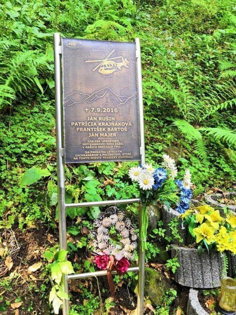 Pamätník na mieste tragédie.