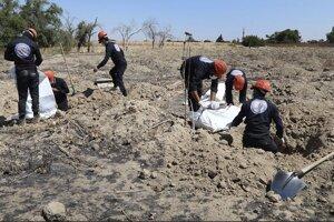 Masový hrob islamistami zavraždených ľudí v Rakke.