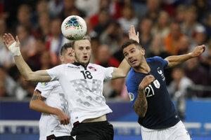 Lucas Hernandez (vpravo) v súboji s Ardianom Ismajlim v zápase kvalifikácie na EURO 2020 Francúzsko - Albánsko.