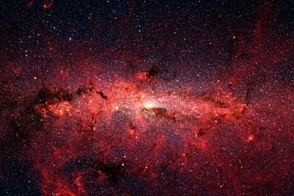 Svetlá škvrna uprostred je srdce našej galaxie v podaní Spitzerovho infračerveného ďalekohľadu na orbite Zeme.