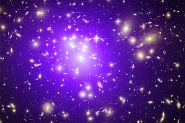 Skupina galaxií Abell 1689 sa správa ako gravitačná šošovka.
