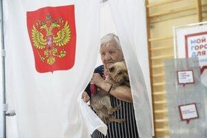 Obyvateľka Moskvy opúšťa hlasovaciu plentu.