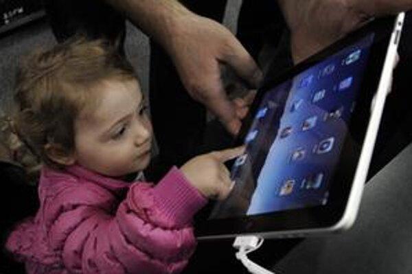 Novinka od firmy Apple prilákala do obchodov v prvý deň predaja tisíce kupujúcich.
