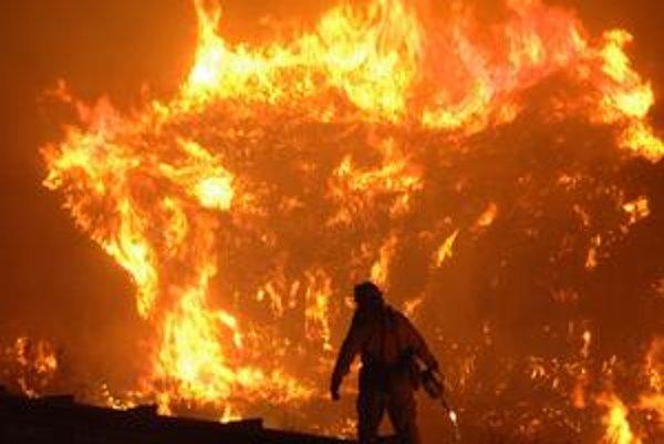 Človek v boji s požiarom  často prehráva.