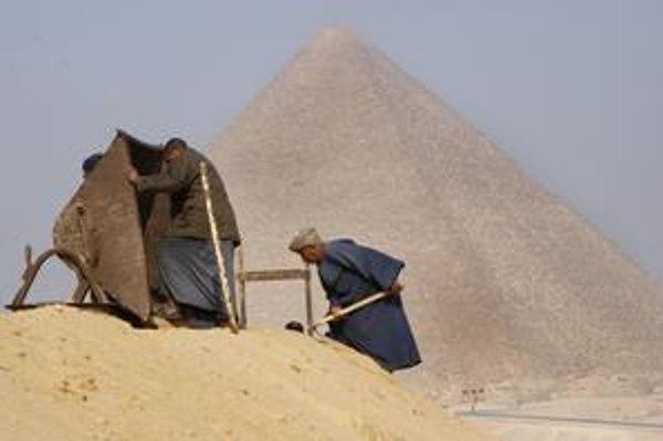 Hrobky robotníkov našli neďaleko Cheopsovej pyramídy.