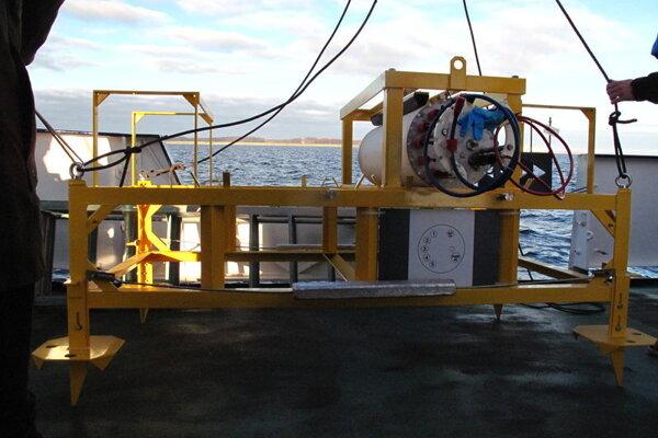 Výskumná stanica pred spustením na dno mora.
