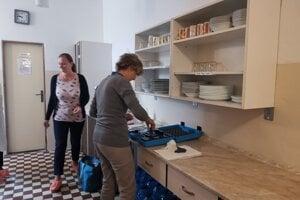Pracovníci hygieny prišli v pondelok odobrať kontrolné vzorky vody.