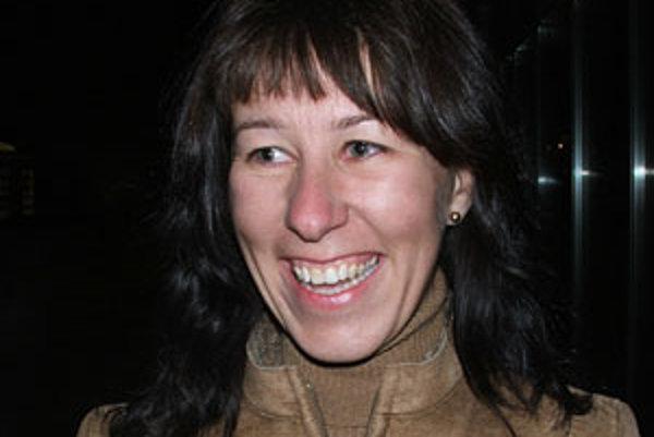 Narodila sa v roku 1980. Vyštudovala medzinárodné vzťahy a diplomaciu na Univerzite Mateja Bela v Banskej Bystrici. Pracovala ako koordinátorka Európskeho sociálneho fondu na Ministerstve práce, sociálnych vecí a rodiny, neskôr nastúpila do literárnej age