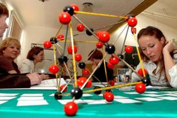Niektoré chemikálie potrebné na pokusy sa nedajú nahradiť. Napríklad dichróman amónny, potrebný na demonštráciu dichrómanovej sopky a spomenutý v učebnici, sa teraz objavil v zozname zakázaných látok ako karcinogén.