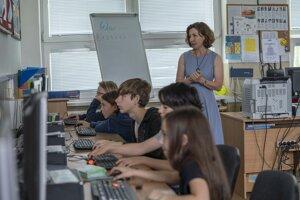 Motivuje študentov cez zážitkové a bádateľské vyučovanie.
