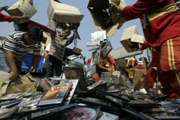 Celosvetový boj s pirátmi začal ničením nelegálnych CD. Teraz budú odpájať od internetu.