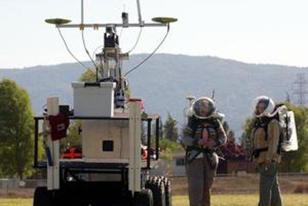 Americkí špecialisti vyvíjajú inteligentný softvér, ktorý bude pomáhať v komunikácii astronautov a robotov počas misií na Mars.
