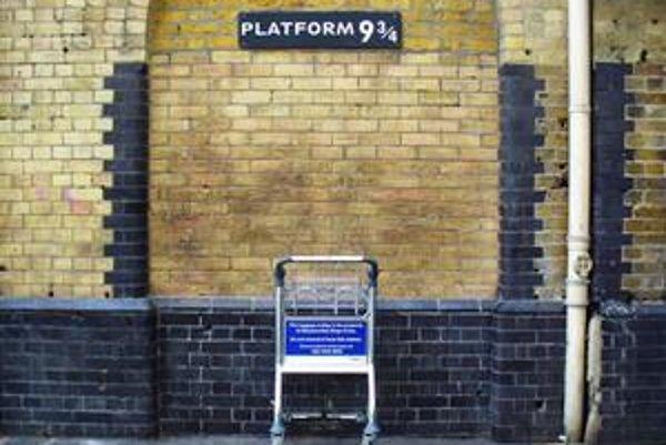 Nástupisko 9 aj trištvrte na londýnskej železničnej stanici King's Cross.