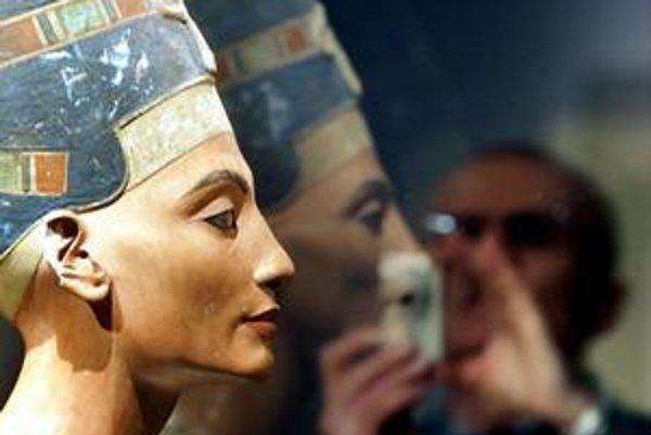 Slávna busta egyptskej kráľovnej Nefertiti.