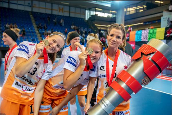 Katarína Klapitová (vpravo) so spoluhráčkami z tímu Piranha Chur získali v úvode sezóny švajčiarsky Superpohár.