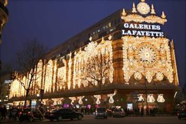 Parížska Galeries Lafayette je vysvietená od začiatku decembra.