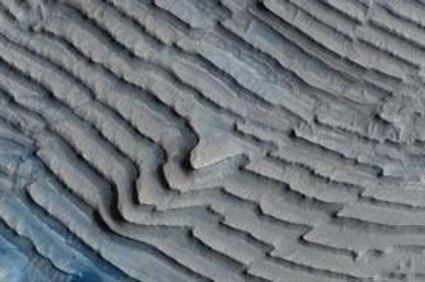 Pravidelne zvrstvené sedimenty v nepomenovanom kráteri oblasti Arabia Terra poskytujú zatiaľ najpresvedčivejšie dôkazy fungovania klimatických cyklov na dávnom Marse. Šírka záberu je približne 1 kilometer.