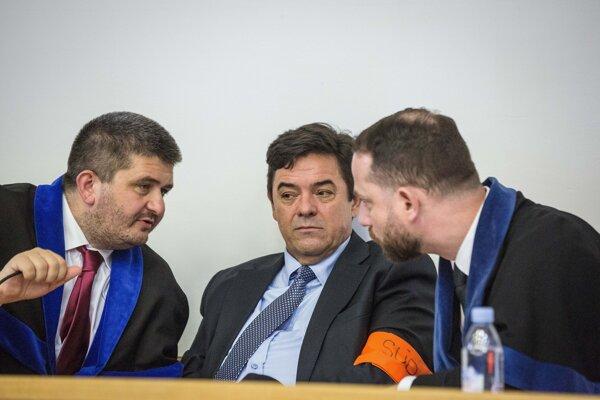 Marian Kočner (v strede) a advokáti Marek Para (vpravo) a Michal Mandzák.