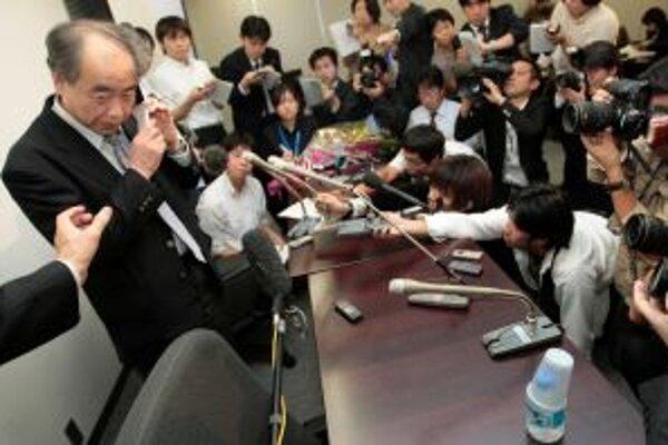 Japonský vedec Makoto Kobajaši (vľavo) telefonuje s premiérom Tarom Asom, ktorý mu blahoželal k získaniu Nobelovej ceny za fyziku.
