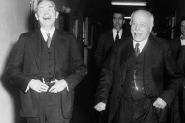 Max von Laue (vpravo) na veselej exkurzii po chodbách inštitútu s Jamesom B. Conantom.