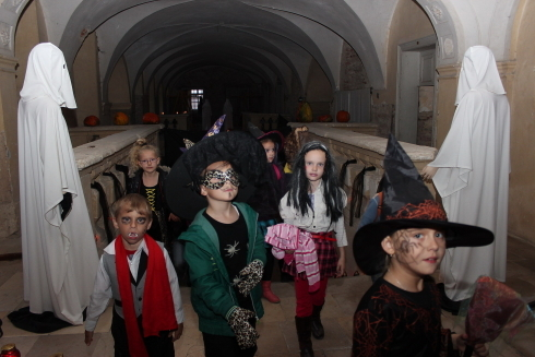 deti idu do zamku