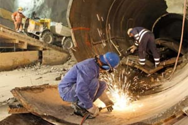 Príprava potrubia na bajpas prebieha priamo na mieste.