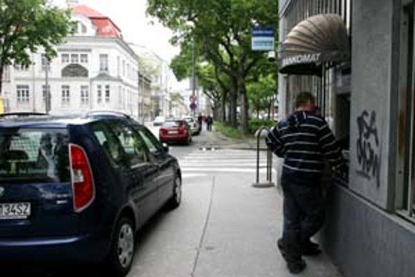 """Klientov """"zradil"""" koncom marca bankomat na rohu Záhradníckej ulice a Odborárskeho námestia."""