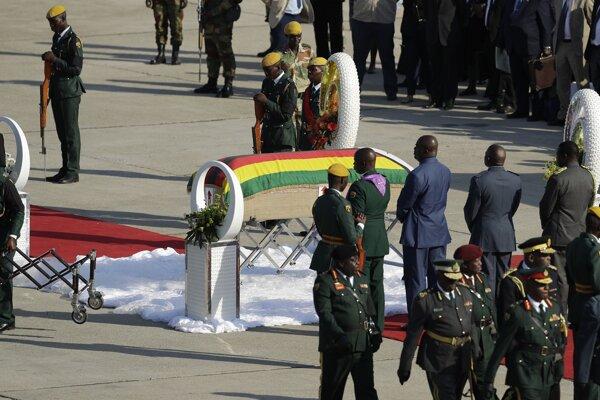 Lietadlo s rakvou pristálo v stredu v zimbabwianskom hlavnom meste Harare.
