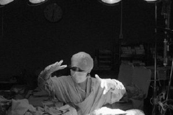 Čary? Nie, operácia srdca desaťmesačného dievčaťa. Lekári už dokážu veľa, a podľa tímu Magdi Yacouba z Middlesexu dokážu ešte viac, keď sa naučia vytvárať chlopne a možno aj celé srdcia z pacientových kmeňových buniek. ILUSTRAČNÉ