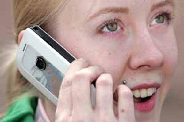 Od augusta by mali klienti mobilných operátorov v únii telefonovať zo zahraničia lacnejšie. Operátori tvrdia, že sa preto spomalí rozvoj odvetvia.
