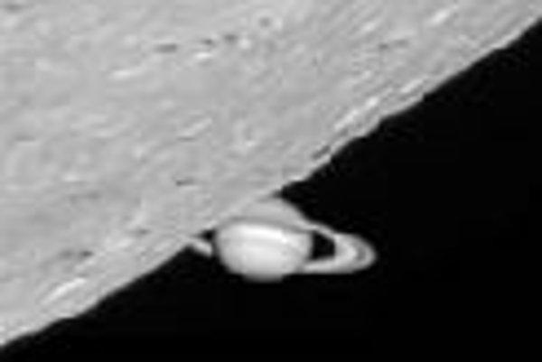 Saturn pri nedávnom zákryte Mesiacom. Foto - Pete Lawrence