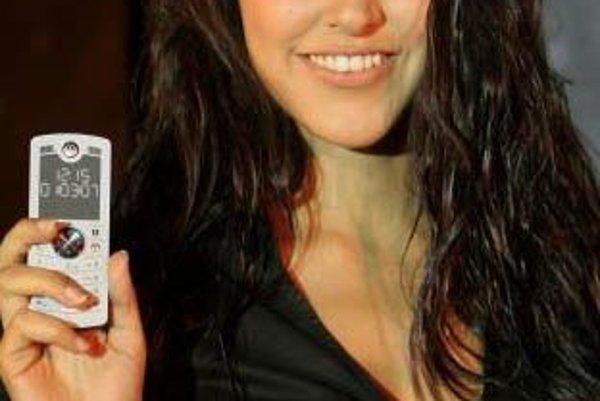 Indická herečka Neha Dhupia s telefónom Motofone F3c. Motorola ho chce predávať ľuďom, ktorých mobilné telefóny nezaujímajú.