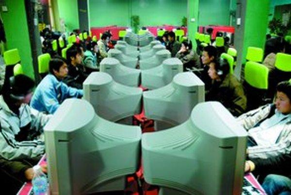 Čína úplne zakázala otváranie nových internetových kaviarní – vraj kazia mládež.
