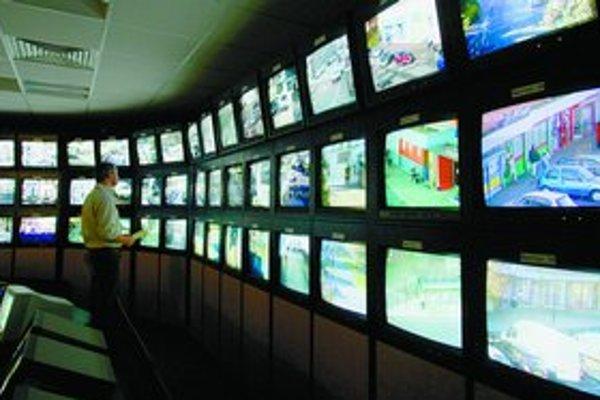 V budovaní bezpečnostných kamier je Británia svetovou jednotkou – na snímke monitorovacie centrum v Edinburghu.