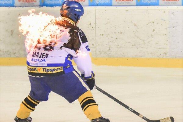 Na ľade nebude chýbať ani horiaci hokejista.